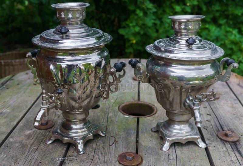 两做的茶老金属俄国式茶炊在一张木桌 库存照片