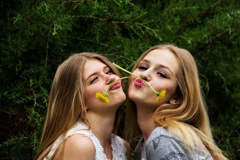 两副十几岁的女孩展示鬼脸 免版税图库摄影