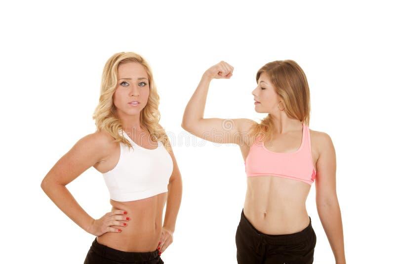 两副妇女体育胸罩一条导电线 免版税库存图片