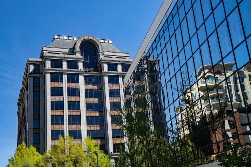 两办公楼抽象看法  库存图片