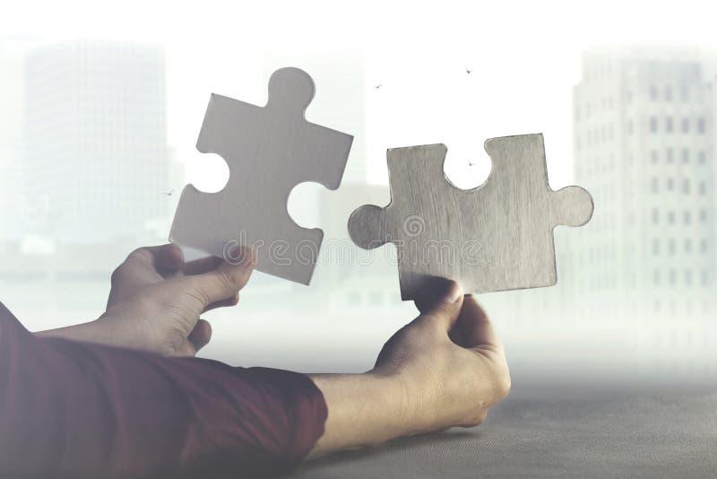 两只手一起加入难题、概念的事务和团队工作两个片断  免版税库存图片