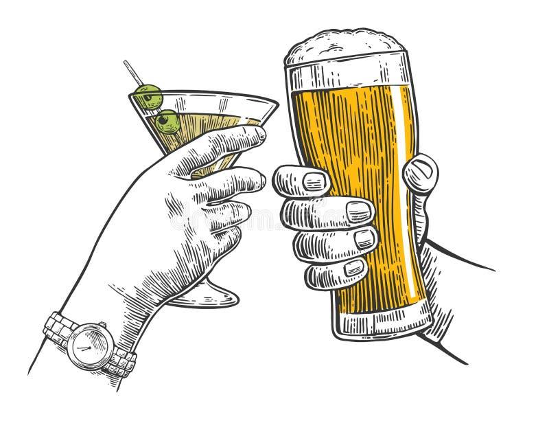两只手使一杯啤酒和鸡尾酒叮当响 皇族释放例证