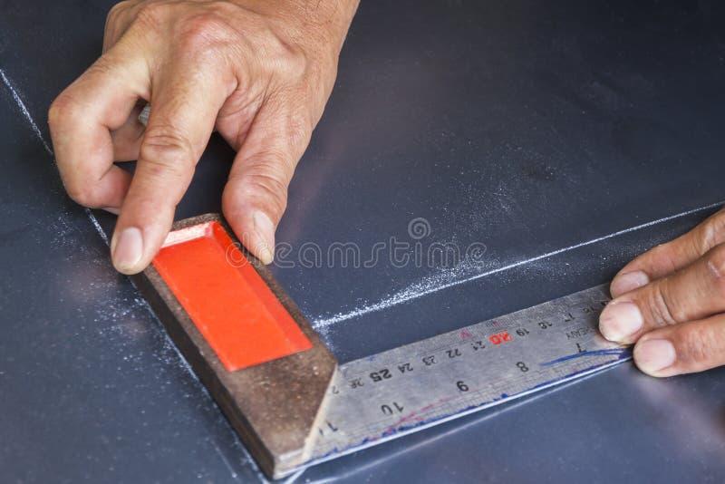 两只手保留在钢板的金属角度 库存图片
