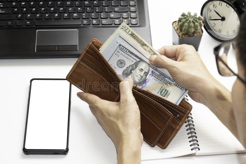 两只手打开棕色钱包检查美元数额 库存图片