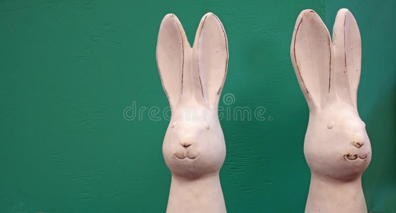 两只白色瓷复活节兔子 库存图片