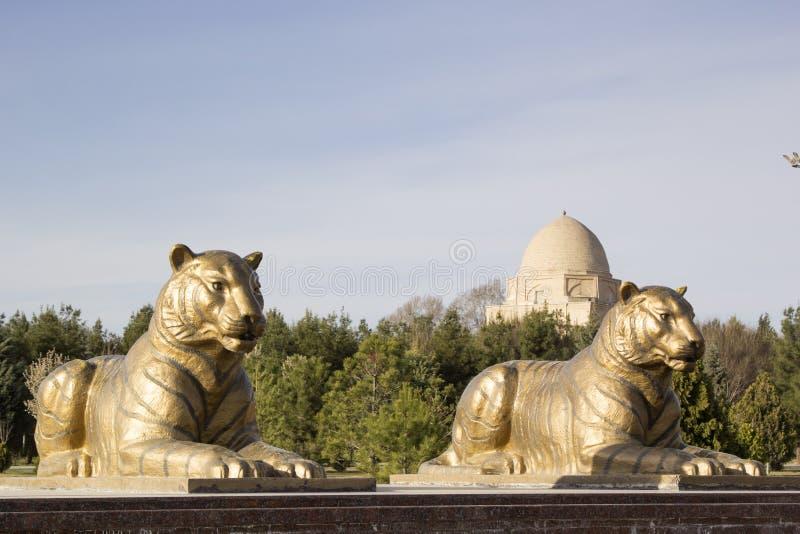 两只老虎雕象在Rukhabad附近陵墓的撒马而罕  免版税库存图片