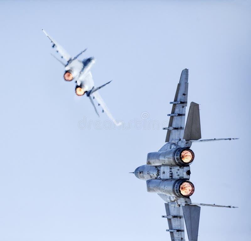 两台快速的喷气式歼击机争斗 免版税图库摄影