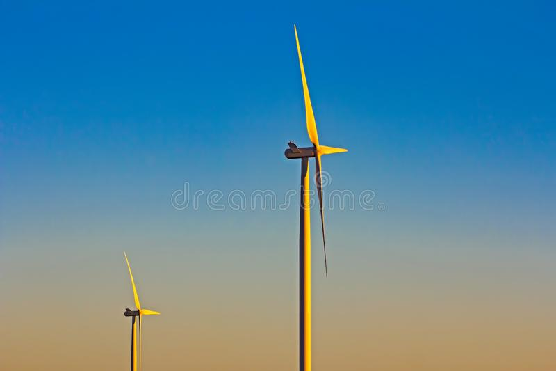 两台风轮机在清早 库存照片