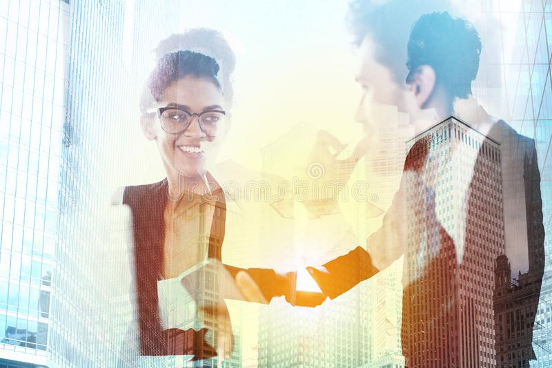 两合作和配合的办公室概念的买卖人握手  两次曝光 免版税图库摄影