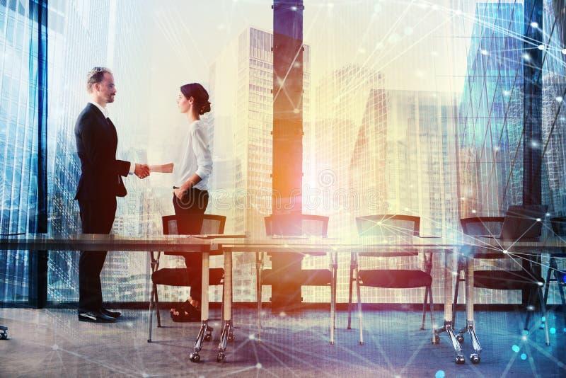 两合作和配合的办公室概念的买卖人握手  库存照片
