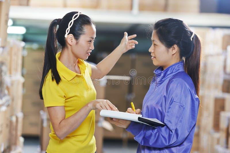 两名中国女工在仓库里 免版税库存图片