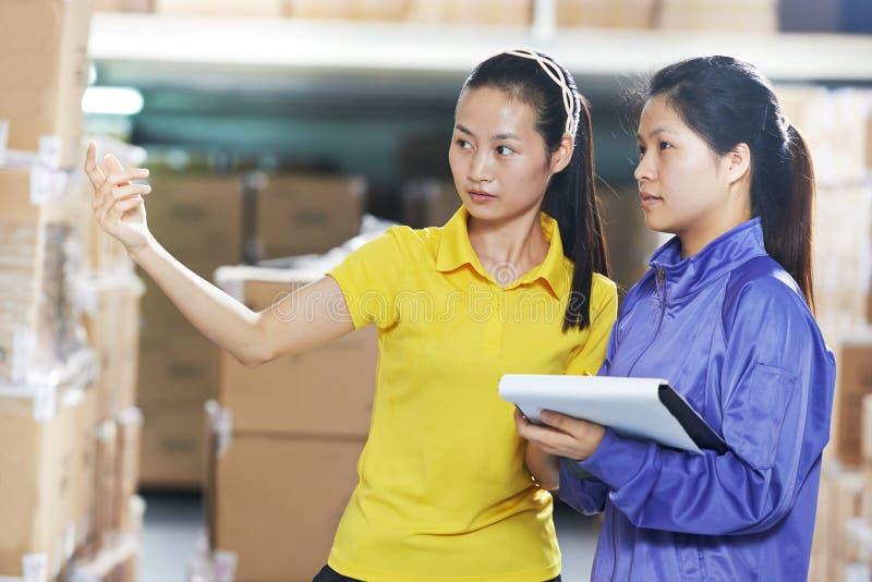 两名中国女工在仓库里 库存图片