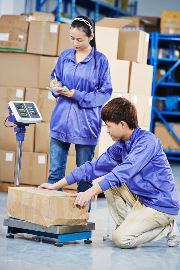 两名中国工作者在仓库里 免版税图库摄影