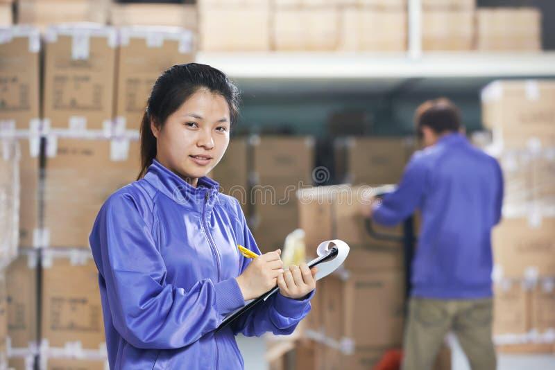 两名中国工作者在仓库里 库存图片