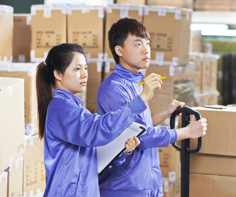 两名中国工作者在仓库里 库存照片