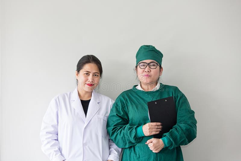 两名亚洲医护人员微笑 亚裔医生画象  免版税图库摄影