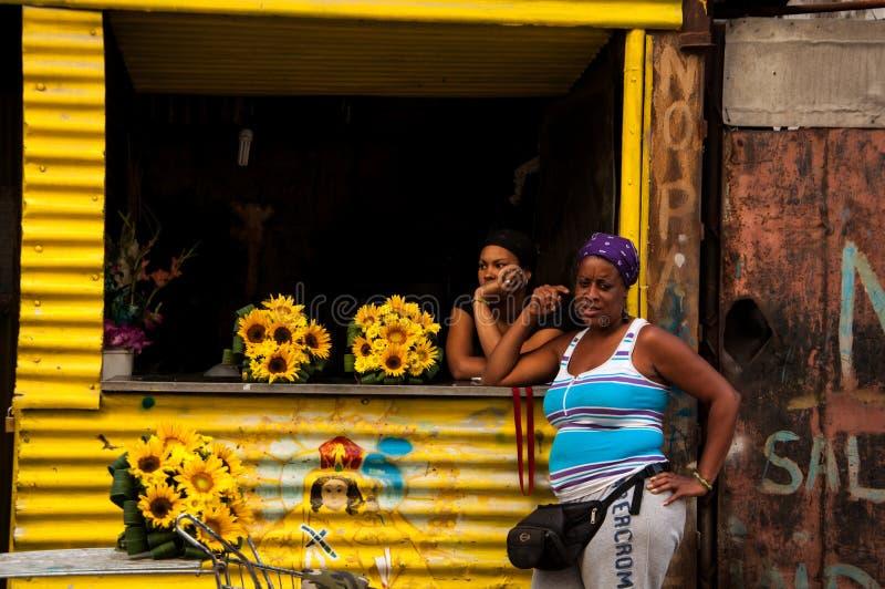 两名古巴妇女在一家小花卉商店在哈瓦那旧城 免版税库存图片
