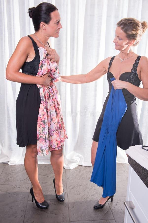 两名可爱的妇女-准备好在晚上 库存照片