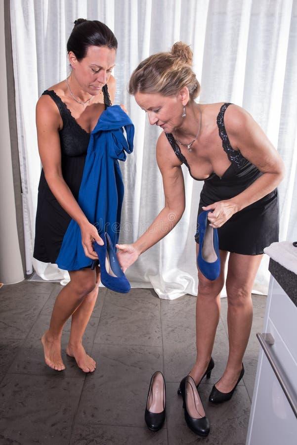 两名可爱的妇女-准备好在晚上 免版税库存照片