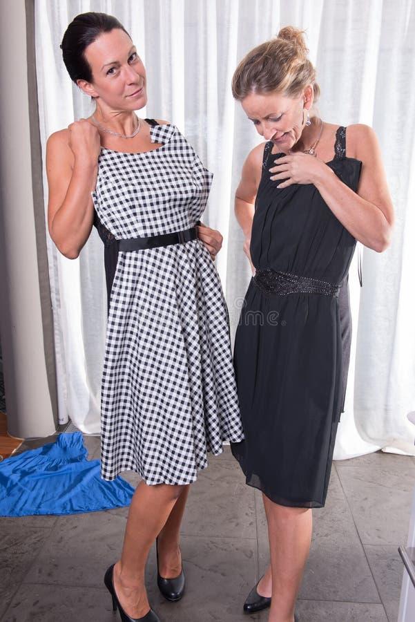 两名可爱的妇女-准备好在晚上 图库摄影