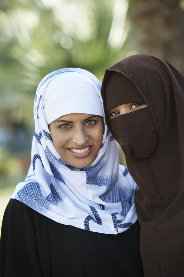 两名回教妇女 库存照片