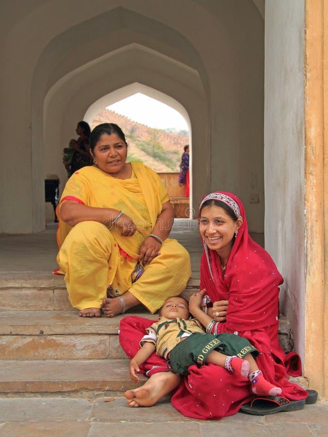 两名妇女几乎坐入口对阿梅尔堡垒 库存图片