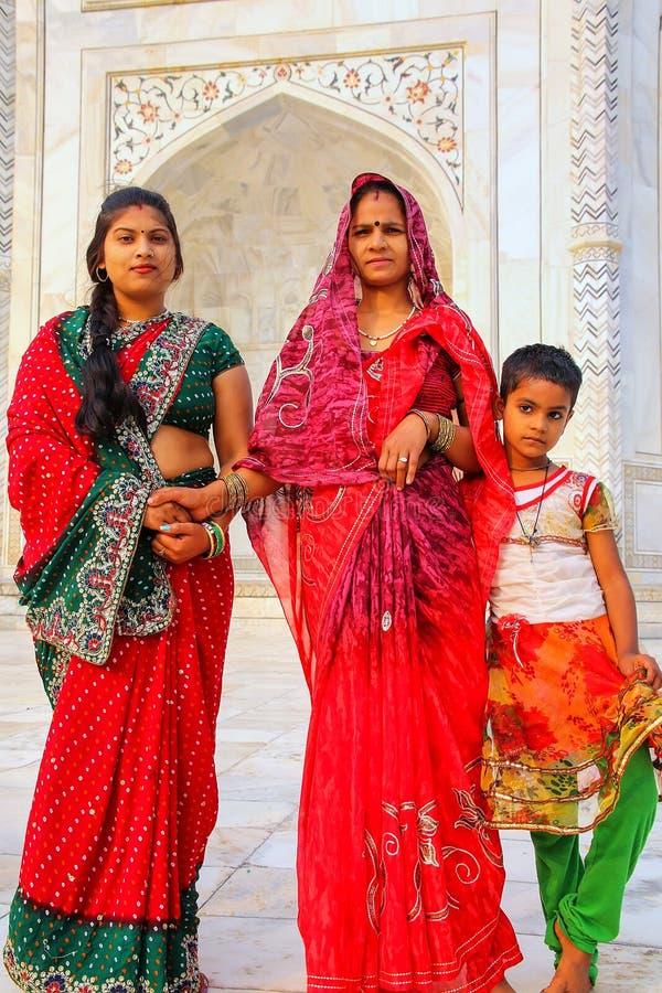 两名妇女和女孩常设外部泰姬陵在阿格拉, Uttar P 图库摄影