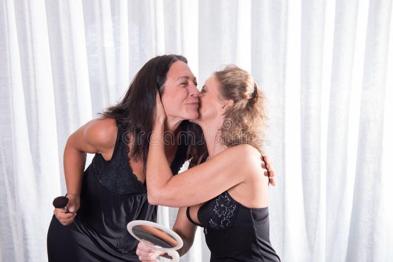 两名妇女在黑内衣亲吻 免版税库存图片