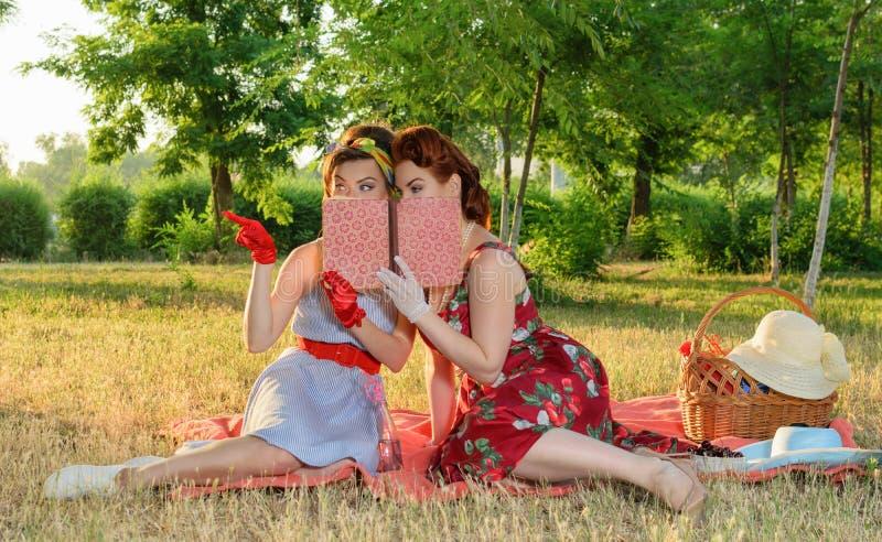 两名妇女暗中侦察 免版税库存照片