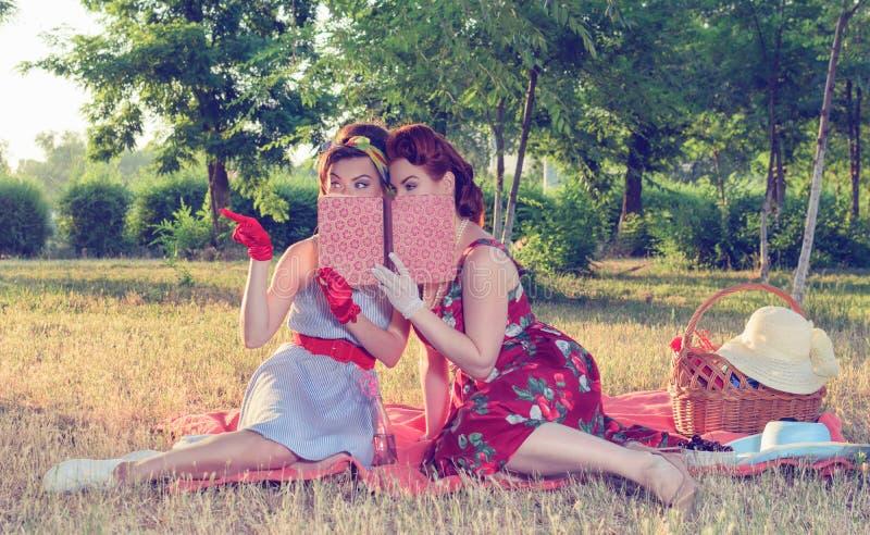 两名妇女暗中侦察 库存照片