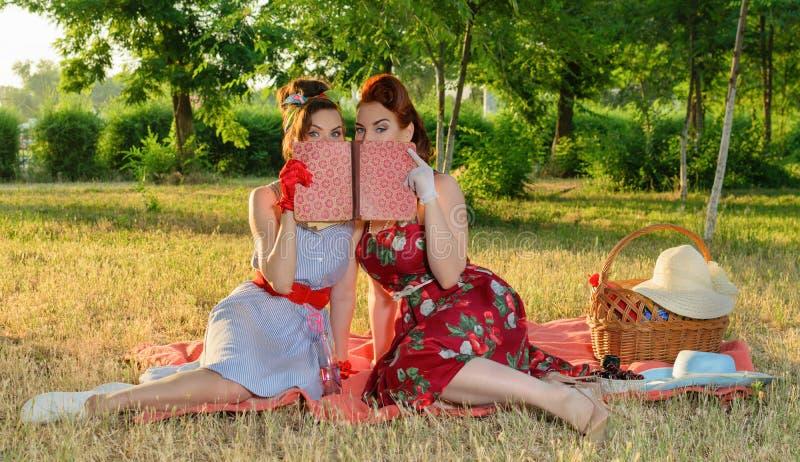 两名妇女暗中侦察 免版税库存图片