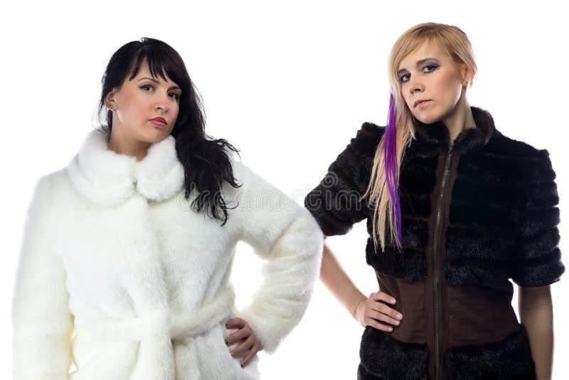 两名妇女照片假皮大衣的 免版税库存照片