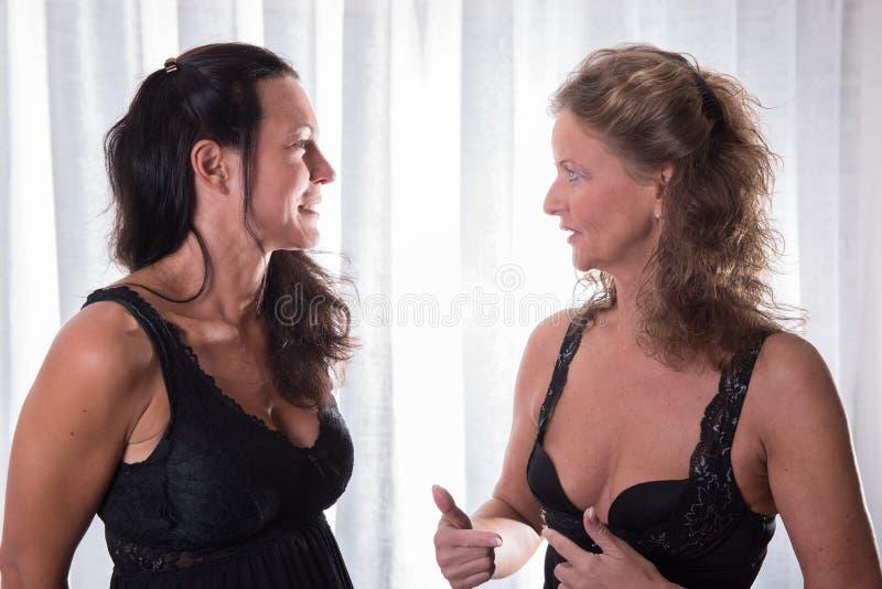 两名妇女谈话在健康事件 图库摄影
