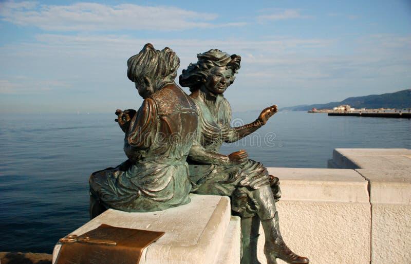 两名妇女雕象  免版税库存图片