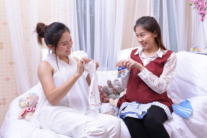 两名孕妇愉快地谈论了孩子的未来 免版税库存图片