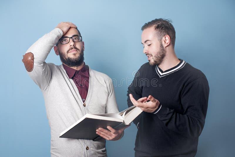 两名学生学到一个刻板的课程 库存图片