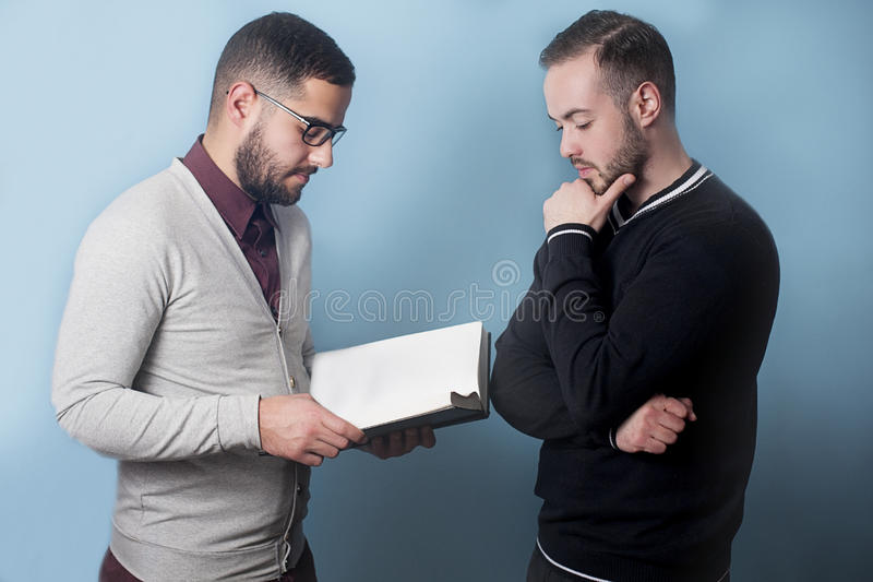 两名学生设法了解和吸取教训 库存照片