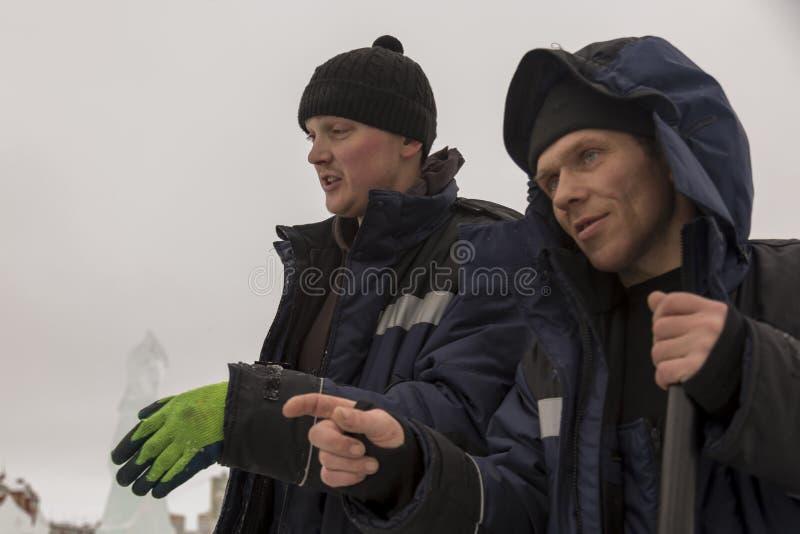 两名工作者在汇编站点谈话 图库摄影
