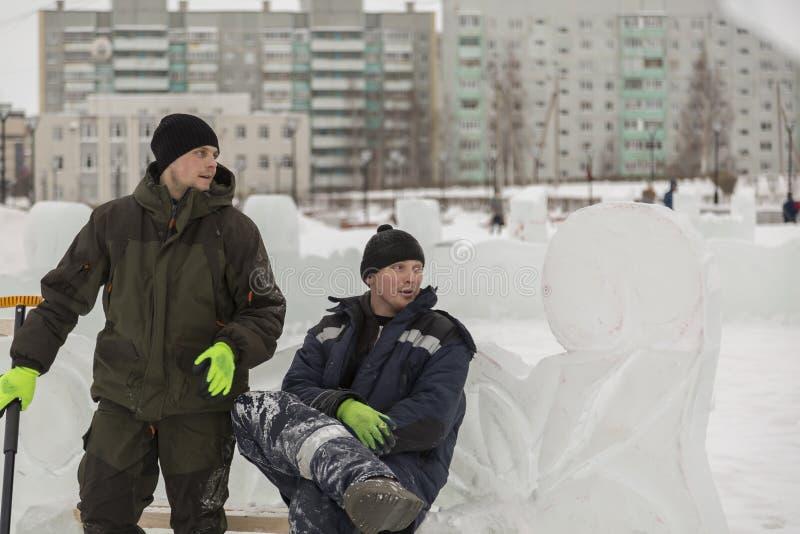 两名工作者在长凳谈话 图库摄影