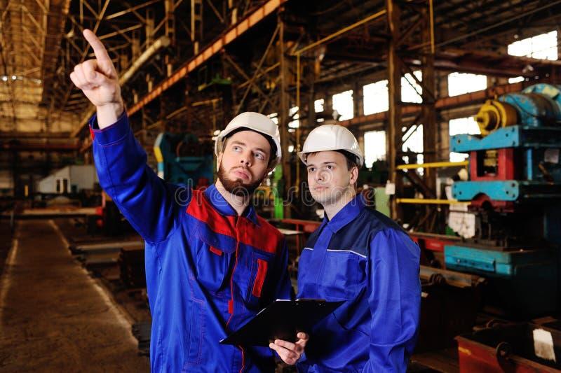 两名工作者谈论工程项目 库存照片