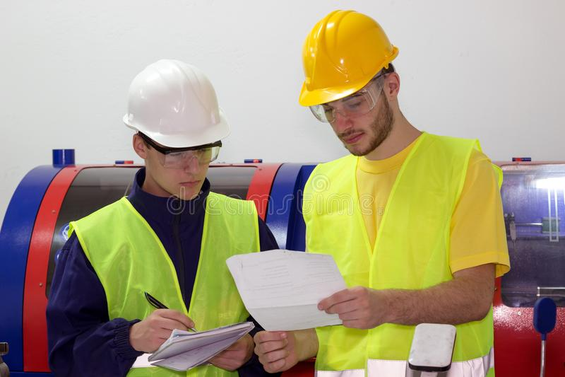 两名年轻机械工作者 库存照片
