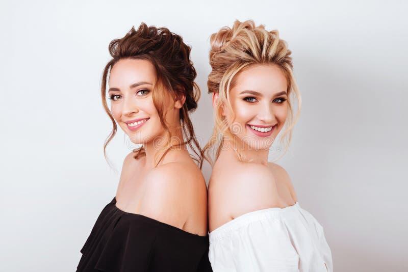 两名年轻美丽的妇女演播室画象  库存图片