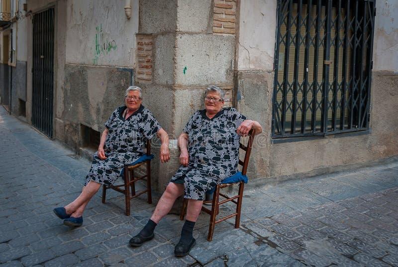 两名年长双妇女画象在穆尔西亚一天在2012年6月 免版税库存图片