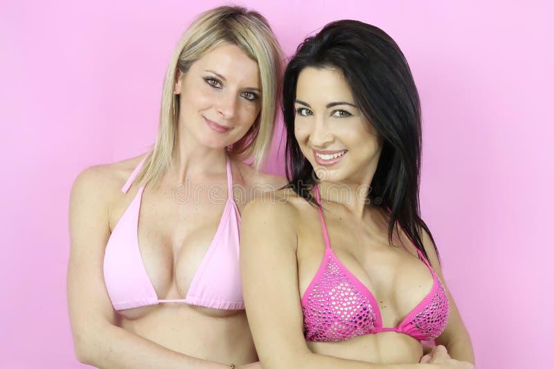 两名性感的妇女打扮与性感的比基尼泳装 库存图片