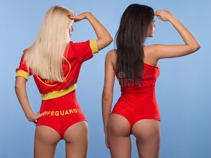两名性感的救生员妇女 免版税图库摄影