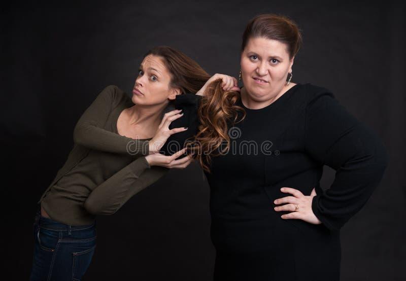两名恼怒妇女战斗 免版税图库摄影