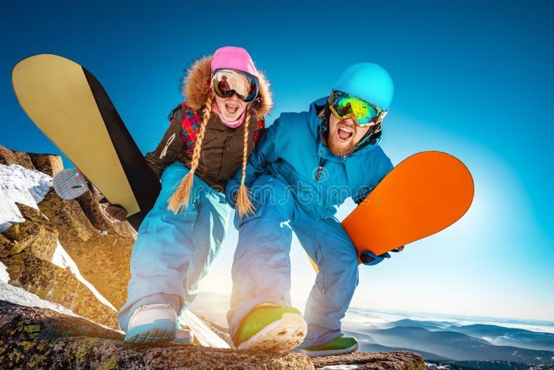 两名玩乐姿势的单板滑雪运动员 库存照片