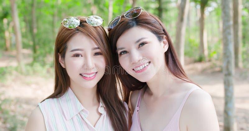 两名秀丽妇女愉快地微笑 免版税库存图片