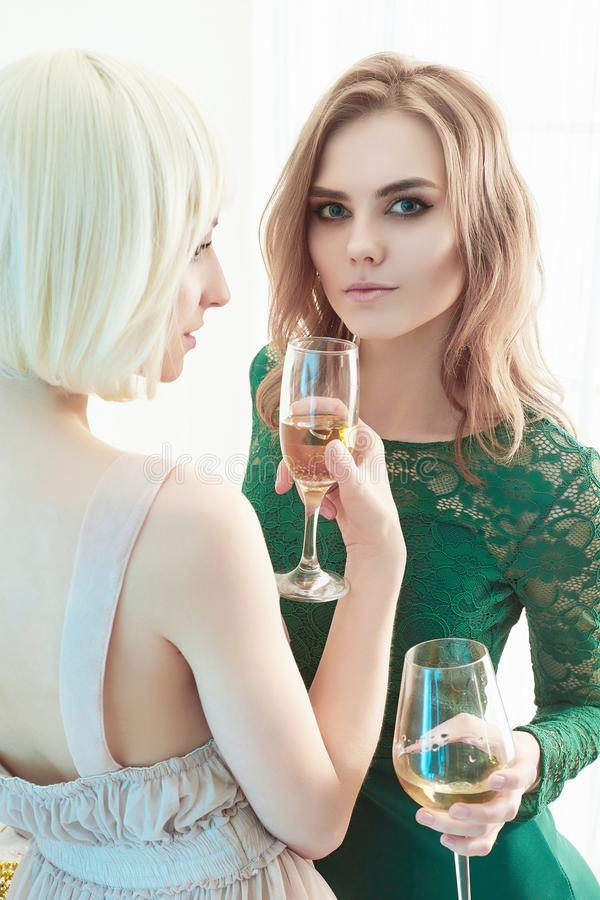 两名美丽的妇女饮料香槟 库存图片