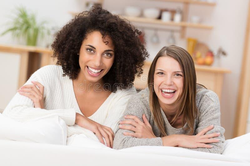 两名美丽的年轻活泼的妇女 图库摄影